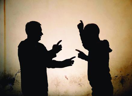 Vecinos peleando
